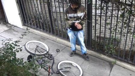 国外恶搞: 小伙恶搞偷车贼, 摔的太惨了! 看你下