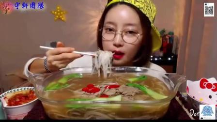 韩国萌妹子吃货, 吃一大盆牛肉粉, 小嘴塞的满满的, 吃的太香了。