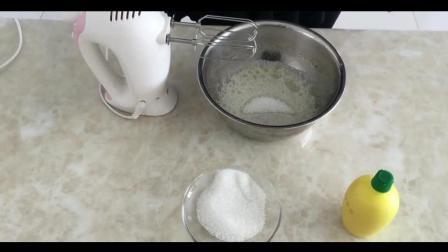 烘焙贴图教程_烘焙视频用手到擒来的食材_蛋糕裱花教学视频简单易做的草莓冰淇淋蛋糕