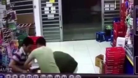 猪一样的队友! 两劫匪组队抢劫 持枪男独自离开同伴遭痛殴