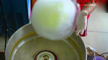 外国小哥今天做棉花糖冰淇淋卷, 这个颜色太鲜艳! 成品看着很美味