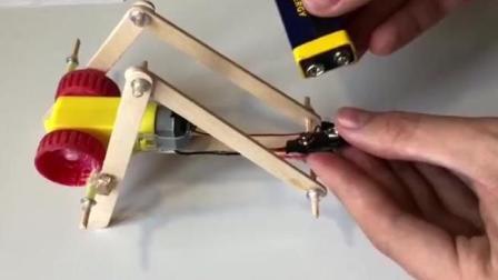 小伙用雪糕棍和汽水瓶盖就能做玩具机器人, 这技术不愁没钱花!