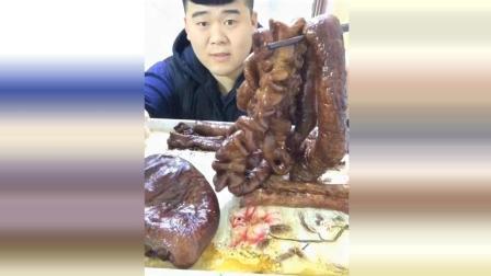 小伙子自己烤的大肥肠, 这还是一样的肥, 能吃的下吗?