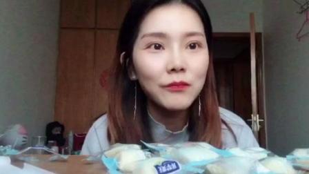 """吃货福利 萌妹子试吃迪丽热巴最爱""""酸奶疙瘩""""好吃到停不下来?"""