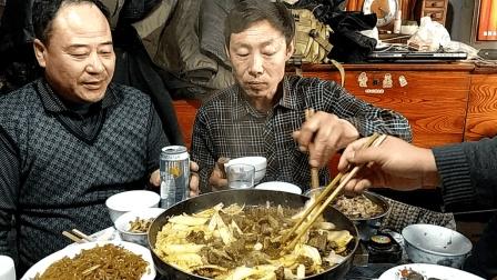 东北15口人大家庭聚餐 在家自制烤盘烤牛肉 烤东北酸菜你吃过没有