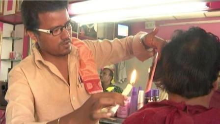 印度三哥神技能, 用蜡烛给顾客理发, 开挂民族就是会玩!