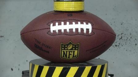 网友说橄榄球质量不错, 总算有东西和液压机对抗了, 简直太厉害了!