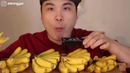 韩国大胃王豪放派, 吃迷你香蕉, 连皮一起吃, 嘴里塞得满满的