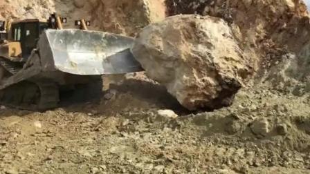 来看推土机是怎么推开几十吨的大石头的?