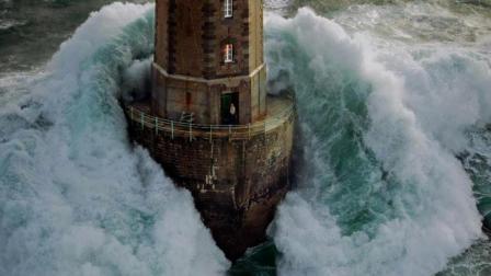 世界最恐怖灯塔, 巨浪环绕, 守护者得有多大胆量啊