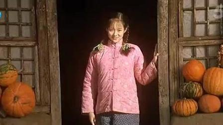 《我的父亲母亲 》章子怡穿着红棉袄 扶着门框 就像一幅画_