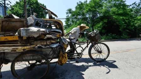 农村收废铁的三轮车大爷, 到底能赚多少钱? 说出来你都不敢相信