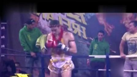 中国小伙在国外长脸! 一拳KO对手飞出擂台 眼神涣散在地上爬