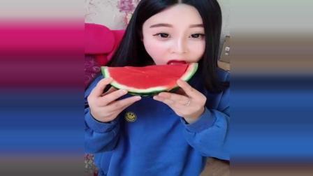 美女自己做西瓜果冻, 西瓜吃完还能这样用, 挺有创意