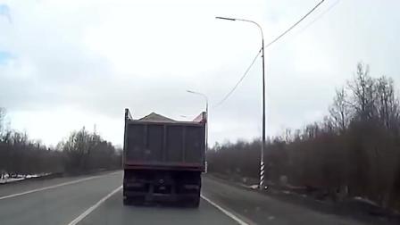 遇到大货车追尾, 小汽车追的都散架了差点