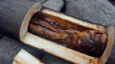 小伙河里抓泥鳅, 用竹筒炖几条再烤几条, 一场泥鳅盛宴开始了