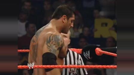 2004年WWE巴蒂斯塔暴打Y2J要不是裁判拉着二姐的脖子就被扭断了