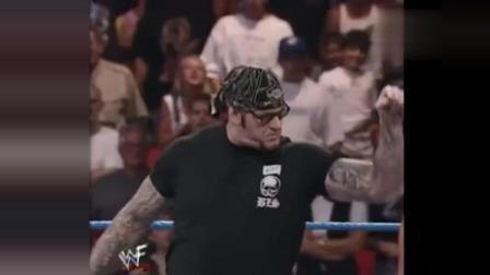 WWE送葬者坐山观虎斗渔翁得利巨兽不服葬爷说不想混的话你看着办