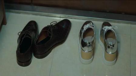 小伙想找前女友复合, 看到门口其他男人鞋子时, 转身就离开了