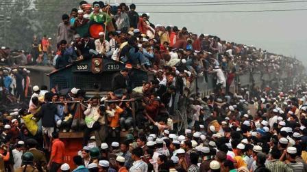 为什么印度人不坐在火车内, 非要坐火车顶上? 说出来你都不敢相信