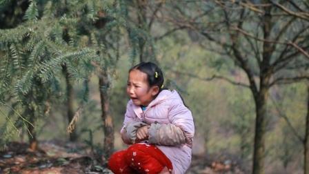 农村小萝莉跟随母亲到坟地里搞野味,途中发生了什么,把她吓哭了
