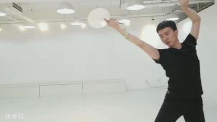 古典舞团扇舞《梁间燕》, 男老师跳的就是好, 我还是更喜欢孙科