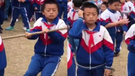 男孩拔河比赛全程梦游躺赢 网友: 把成功看的很淡