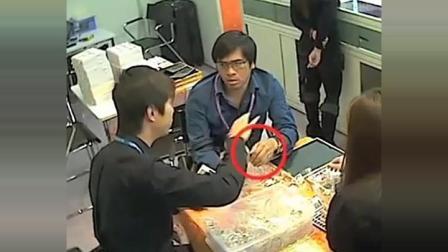 男子带妻子买首饰, 店员正在介绍时, 监控拍下男子龌蹉一幕