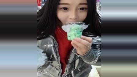 美女吃乌云冰淇淋, 上面棉花糖下面是抹茶冰淇淋