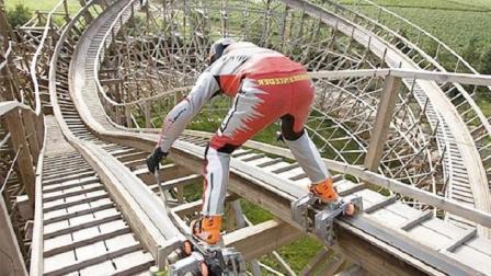 """国外牛人又一""""作死""""挑战, 踩轮滑玩过山车, 1分钟冲下860米"""