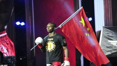 黑人拳击手出场高举五星红旗, 声称爱国, 离开后原形毕露