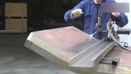 这机械的力道得有多大? 一个铁板直接能变成涵管, 隔着屏幕都怕!