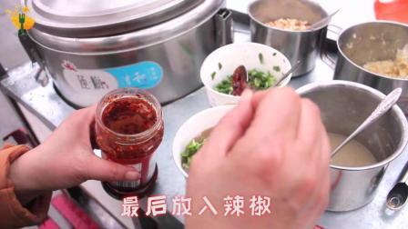 """实拍: 河南小吃""""臭豆腐"""", 没有长沙的臭却比它美味多了, 河南人都喜欢吃, 你吃过吗?"""