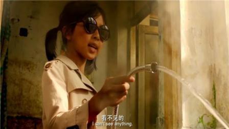 愤怒的小孩:害羞小萝莉戴黑墨镜帮小男孩洗澡,小萝莉是故意的吧