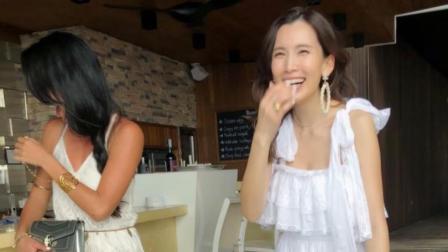 """林志颖妻子大笑露出整齐牙齿告别""""龅牙妹"""" 穿白裙美若天仙"""