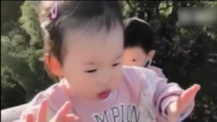 伊能静带女儿户外玩耍 米粒手舞足蹈好开心
