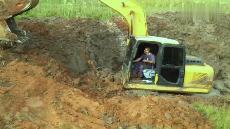 这台挖掘机, 你遭遇了什么, 把你拖出来太不容易了