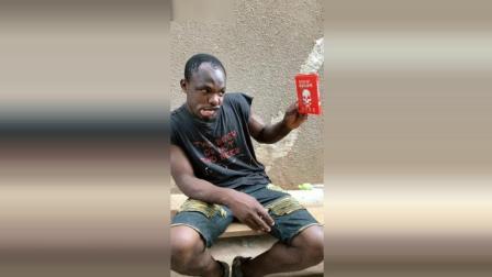 非洲人民也吃死神辣条, 这味道真是没得说啊, 重点看表情