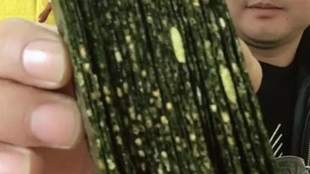 美食吃货: 大哥吃夹心海苔, 一口能吃这么一大摞