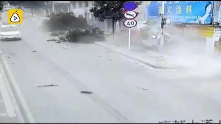 惊险! 货车飞撞路边门面, 司机当场身亡