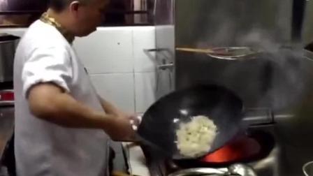 真正的厨师炒菜都不用锅铲, 从这滑锅的技术来看至少干了三十年