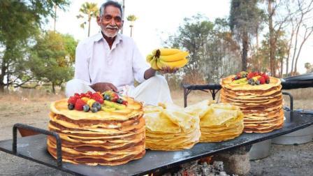 印度美食! 老大爷用香蕉, 草莓, 鸡蛋, 巧克力酱, 做美味的可丽饼