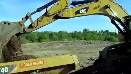 大型卡特挖掘机装车 高效率, 还没站稳就开始装车
