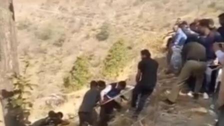 印公交车坠入峡谷致29人死伤人们用绳索求生