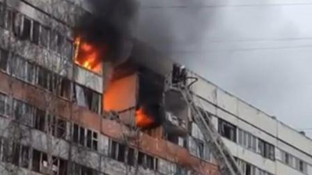 俄圣彼得堡一住宅楼发生爆炸火苗从屋内窜出