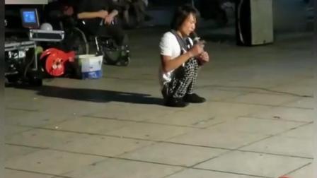 残疾乞丐街头卖唱 一首伤感歌曲《北郊》唱哭过路人