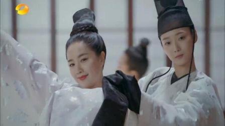 《凤囚凰》楚玉的朋友红袖在大殿上表演楚玉教她的舞蹈, 被封为贵人