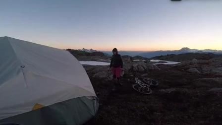 这就是勇气的存在, 坐直升机上山, 山地车速降下山, 过程简直让人无法想象!