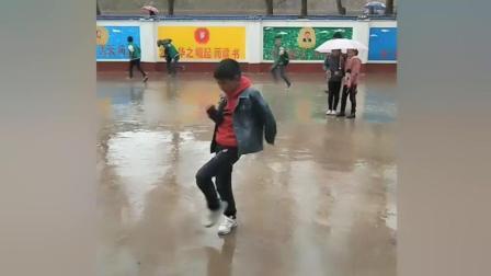 放学路上小学生在雨中跳起了鬼步舞!