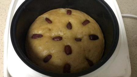 电饭锅美食#红糖发糕, 铺上几粒枣子, 一打开锅香味儿扑面而来。